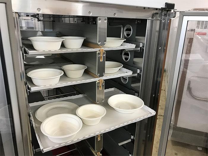 ディスポーザブルトレイを配膳車に搭載したイメージです。