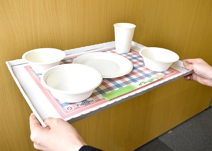 ディスポーザブルトレイに使い捨て食器をのせたイメージ。
